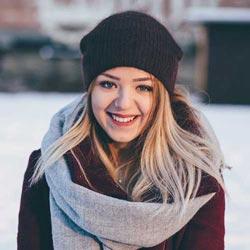 ragazza sorride